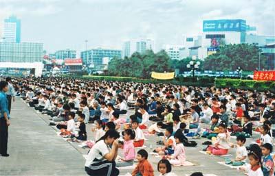Học sinh tại các trường học ở Trung Quốc được khuyến khích luyện Pháp Luân Công (trước khi bị đàn áp)