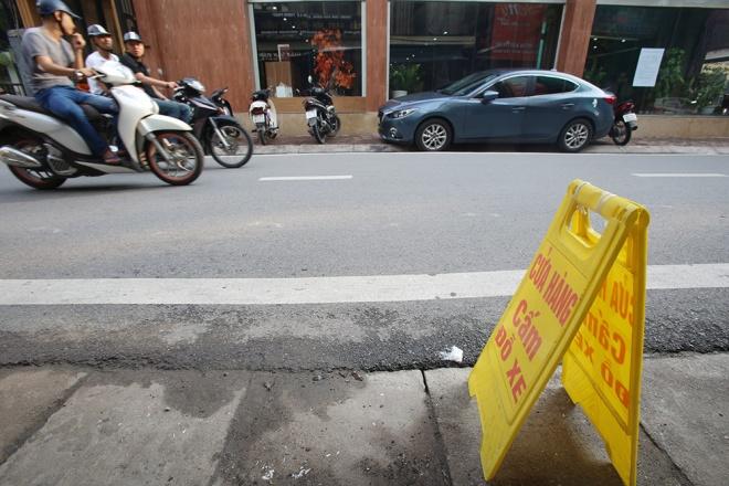 Một cửa hàng tự ý đặt biển cấm đỗ xe. Ảnh vnexpress.net
