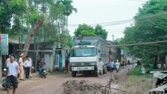 Người dân chặn xe tải vào băm nát đường làng. Ảnh laodong.com.vn
