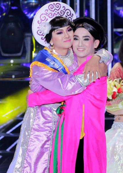 Minh Thuận ôm chúc mừng Hoài Lâm đoạt giải quán quân Gương mặt thân quen 2014