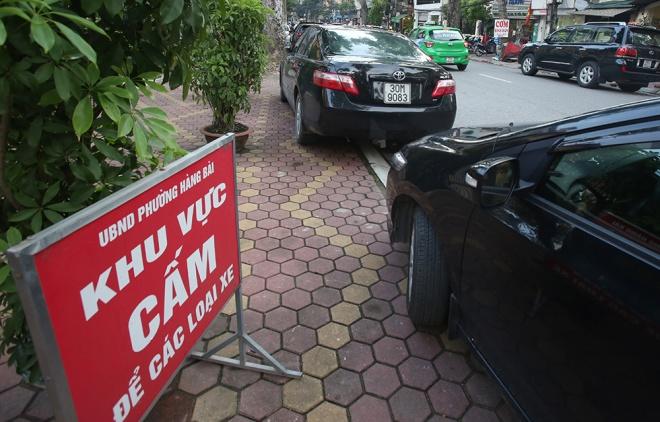 Biển cấm đỗ xe của phường Hàng Bài đặt trên vỉa hè nhưng nhiều chủ xe vẫn bất chấp. Ảnh vnexpress.net