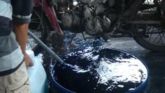 50 lít nước đã pha hóa chất dùng để ngâm rau muống