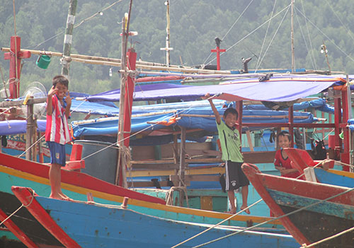 Học sinh Kỳ Hà không thể đến trường, những chiế thuyền không thể ra khơi. Ảnh Đức Hùng - vnexpress.net