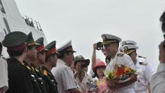 Đại tá Lê Bá Hùng chỉ huy   hải quân Mỹ ghé thăm cảng Đà Nẵng tháng 4/2015. Ảnh nld.com.vn