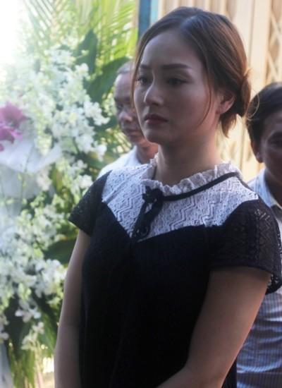 Diễn viên Lan Phương khóc nấc khi nhìn di ảnh của Minh Thuận. Nữ diễn viên từng làm việc với đàn anh qua nhiều bộ phim, cả hai gắn bó nhiều nhất khi đóng