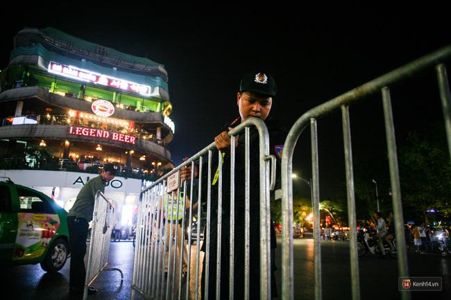 Đúng 19h, hàng rào bảo vệ được kéo ra giữa đường. Ảnh kenh14.vn