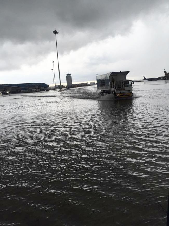 Hình ảnh nước tạo thành những cơn sóng nhẹ tại nơi đỗ máy bay.