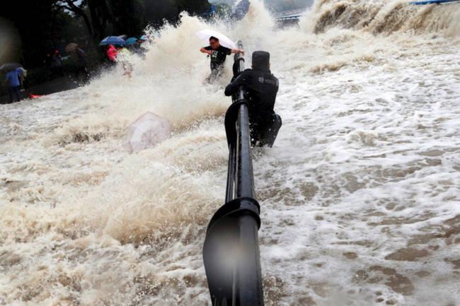 Chứng kiến thủy quái trên sông Tiền Đường, nhiều người không khỏi rùng mình trước sức mạnh của mẹ Thiên nhiên - Ảnh 7.