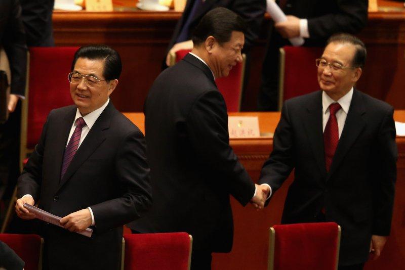 Cựu lãnh đạo Đảng Cộng sản Trung Quốc Hồ Cẩm Đào, đương nhiệm Đảng Tập Cận Bình, và cựu Thủ tướng Trung Quốc Ôn Gia Bảo tại Đại lễ đường Nhân dân ở Bắc Kinh vào ngày 3/3/2013. (Feng Li / Getty Images)