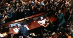 Hai nghị sỹ trẻ tiến vào chỗ ngồi của họ trong Hội đồng Lập pháp Hồng Kông, nơi họ tạm bị cấm tham gia. (Ảnh: SCMP)