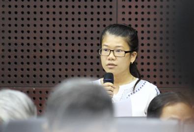 Học viên Phan Thị Thu Trang kiến nghị lãnh đạo thành phố cần quan tâm nhiều hơn đến đời sống của nhân tài diện thu hút và đào tạo. Ảnh: Nguyễn Đông - vnexpress.net
