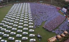 Năm 2014, ông chủ Ấn Độ từng tặng 500 xe hơi, 200 căn hộ và 500 bộ trang sức cho nhân viên. Phần thưởng và nhân viên xếp kín mặt sân vận động. Ảnh: Medium