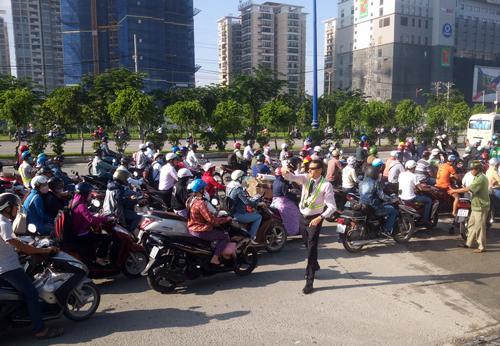 Ông Philip Rogers cùng bảo vệ dân phố điều tiết giao thông ở cửa ngõ Sài Gòn. Ảnh: Sơn Hòa - vnexpres.net