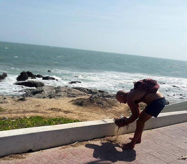 Ông tây nhặt rác bên bờ biển Phan Thiết. Ảnh facebook Phương Nam
