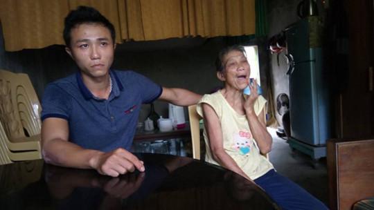 Bà Lê Thị Nuôi khi nhận được 500 ngàn đồng tiền cứu trợ sau lũ thì bị thôn thu lại