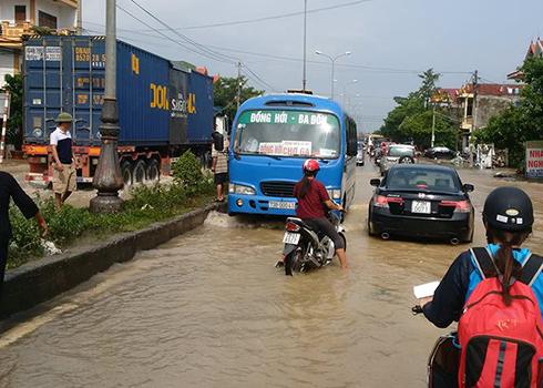 Quốc lộ 1 đoạn Bắc Lý, TP Đồng Hới (Quảng Bình) được thông xe song vẫn còn ngập một số đoạn, giao thông có phần rối loạn. Ảnh: Nguyễn Đông. vnexpress.net