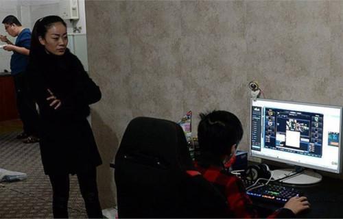 Mẹ của game thủ 12 tuổi Xiao Xin đang đứng