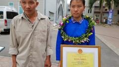 Bố con em Đặng Thị Huyền tại lễ tuyên dương học sinh – sinh viên xuất sắc. Ảnh Quang Lộc – tienphong.vn
