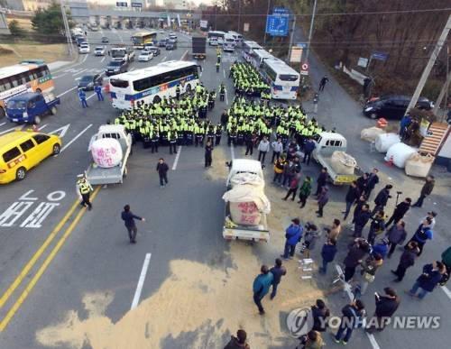 Các thành viên Liên đoàn Nông dân Hàn Quốc đối đầu với cảnh sát tại