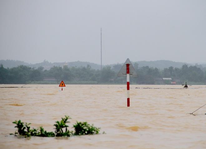 đêm 31/10 ở Hà Tĩnh đã khiến quốc lộ 15A đoạn từ thị trấn Hương Khê (huyện Hương Khê) vào huyện Tuyên Hóa (Quảng Bình) ngập sâu hơn một mét. Nhiều phương tiện qua đây đã phải quay trở lại. Ảnh vnexpress.net