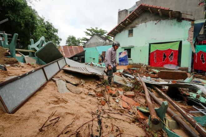 Một cửa hàng bị sập, tài sản bị cuốn trôi. Ảnh vnexpress.net