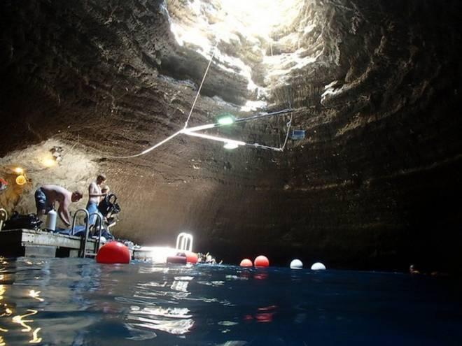 Suối nước nóng trong miệng núi lửa 10.000 năm tuổi