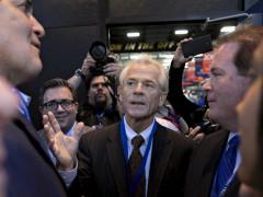 Kinh tế gia Peter Navarro (giữa) là người có quan điểm rất cứng rắn với Trung Quốc trong vấn đề thương mại. Ảnh BLOOMBERG