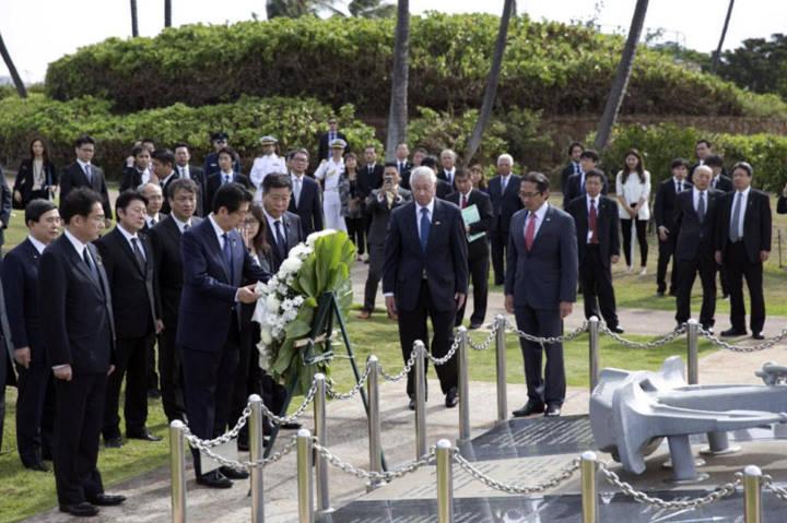 Kết quả hình ảnh cho Thủ tướng Nhật thăm đài tưởng niệm Hawaii trước khi tới Trân Châu Cảng
