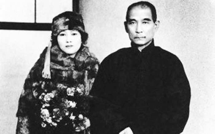 Đứng kế bên tiên sinh Tôn Trung Sơn là Tống Khánh Linh – một cô gái ôn nhu văn nhã, diễm lệ. (Ảnh: Internet)