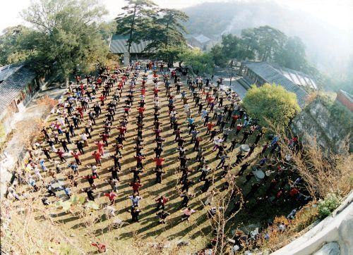 Các học viên Pháp Lau6n Công d0ang tập công tại Trung Quốc, thời điểm trước khi bị đàn áp 1999. (Ảnh minghui.org