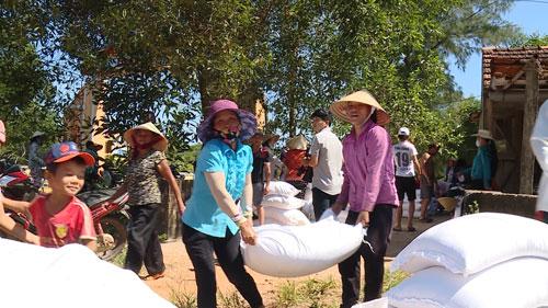 Người dân nhận gạo cứu trợ do ảnh hưởng sự cố môi trường biển tại Quảng Bình. Ảnh: Minh Tuấn - nld.com.vn