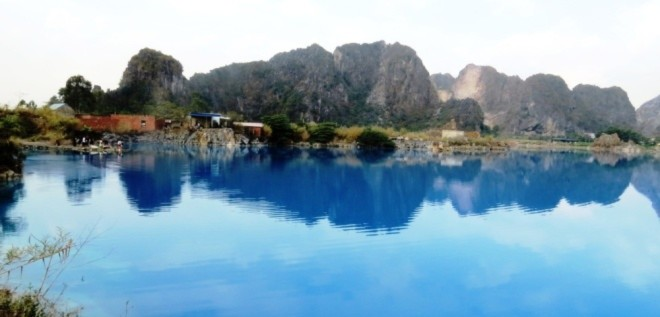 Hang động mới phát hiện bên hồ nước xanh ở Hải Phòng
