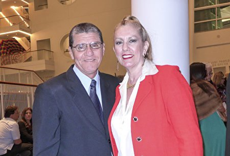 Bà Beatriz Alcantara cùng chồng lần thứ 4 tới xem biểu diễn của Shen Yun. (Ảnh: Internet)
