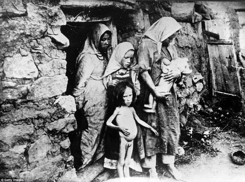 Các nạn nhân của nạn đói ở Buzuluk, lưu vực sông Volga, giáp với tỉnh Saratov vào năm 1921-1922. (Ảnh: Getty Images)