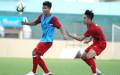 Thi đấu quá nhiều ở V-League mùa này cũng khiến Hà Đức Chinh (trái) không đạt được thể lực tốt nhất