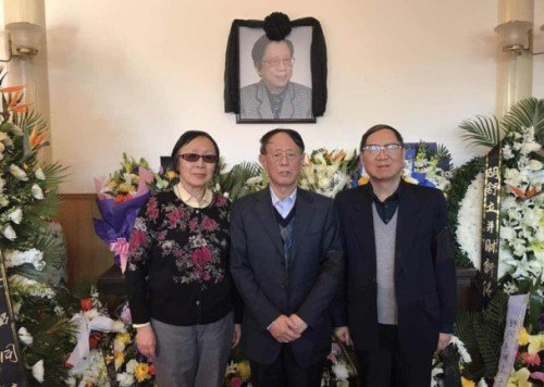 Hai người con Hồ Đức Bình (giữa) và Hồ Đức Hoa (phải) trong tang lễ mẫu thân Lý Chiêu.