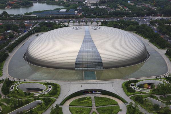 """Nhà hát lớn quốc gia Trung Quốc, nhìn từ phía Đông Bắc, tháng 6/2007. Nhiều nhà phong thủy cho rằng, bề ngoài Nhà hát này trông giống một """"nấm mồ lớn"""". (Ảnh: you.ctrip)"""