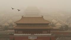 Quảng trường Thiên An Môn chìm trong bão cát. (Ảnh: Imaginechina/REX/Shutterstock)