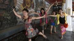 Du khách Trung Quốc tạo dáng chụp hình bên trong Grand Palace ở Bangkok, ngày 24 tháng 5 năm 2014. Ảnh datviet.com