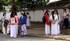 Học sinh Trường THPT thành phố Cao Lãnh bàn tán xôn xao vì đột ngột bị dừng thi - Ảnh: NGỌC TÀI