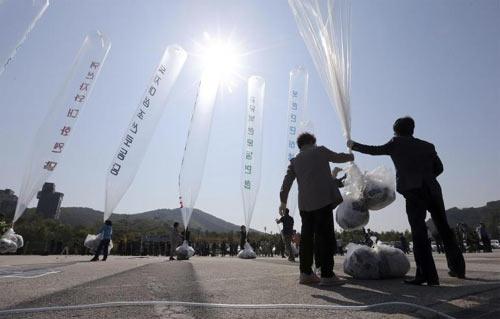 Hàn Quốc thả bóng bay mang thông điệp lên án Kim Jong-un sang Triều Tiên, mong người dân Triều Tiên biết sự thật. (Ảnh: Reuters)