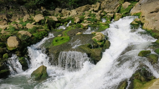 """Thác Nặm Trá cách núi """"Mắt thần"""" khoảng 600 m. Ảnh dulichcaobang.vn"""