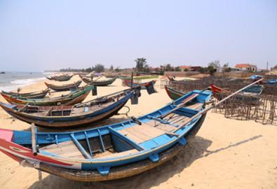 Những con thuyền không thể ra khơi. Ảnh Quốc Nam – tuoitre.vn