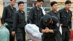 Trung đoàn phó Trung đoàn Cảnh sát cơ động Phạm Văn Trung chắp tay, cúi đầu nhiều lần hướng về phía nhiều người dân đứng xem.
