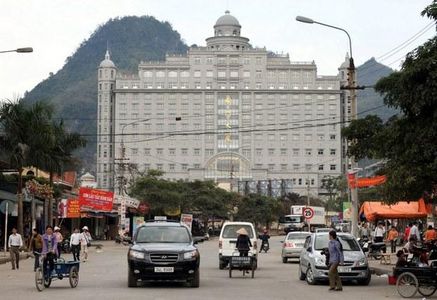 Trung tâm thương mại của Trung Quốc nhìn từ cửa khẩu Tân Thanh ở tỉnh Lạng Sơn, Ảnh AFP