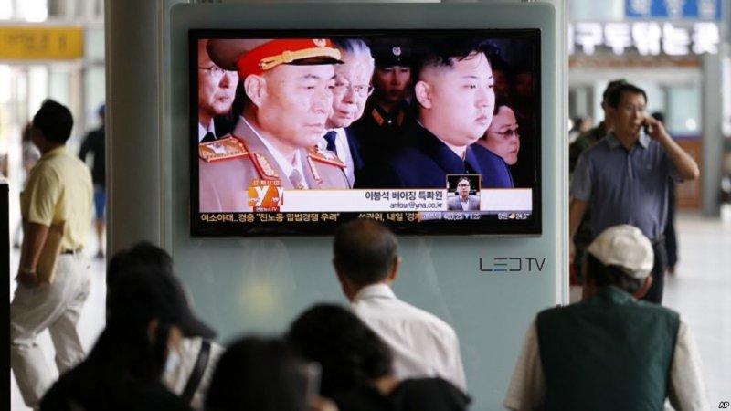 Hành hánh Hàn Quốc xem bản tin về việc đào thoát của tướng quân đội Triều Tiên Ri Yong-ho trên màn hình ở ga tàu Seoul, Hàn Quốc, 17/7, 2012. (Ảnh: AP)