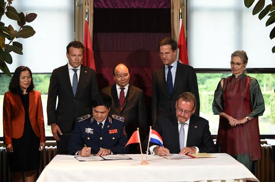 Lễ ký Thoả thuận giữa Lực lượng Cảnh sát biển Việt Nam và tập đoàn đóng tàu Damen về dự án đóng 6 tàu cảnh sát biển đa năng - Ảnh: VGP