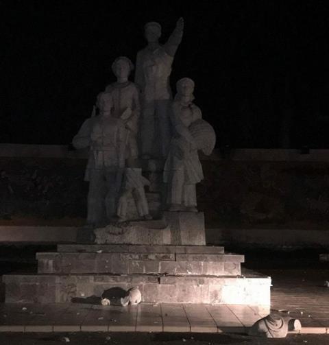 Tượng đài chiến thắng tại Bắc Kạn bị đổ sập khi trẻ đu tay