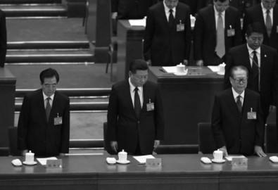 Tổng Bí thư Đảng Cộng sản Trung Quốc Tập Cận Bình (giữa) và cựu Tổng Bí thư Giang Trạch Dân (phải), Hồ Cẩm Đào (trái) cùng hình thức hát quốc ca Trung Quốc