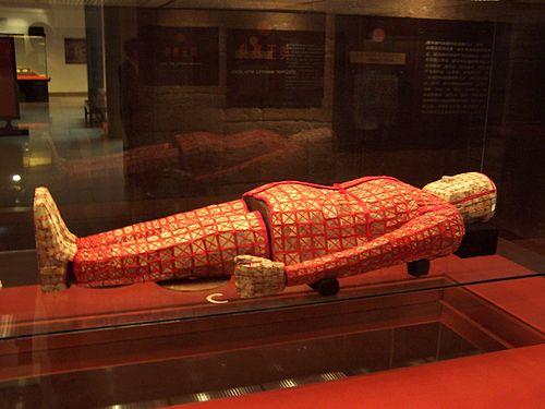 Thi thể Triệu Văn Vương được quấn bởi lụa đỏ và nằm trong quan tài ngọc, được đặt trong lăng mộ của ông
